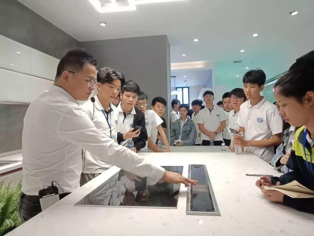 白云营销专业学子走进香港皇朝家私集团