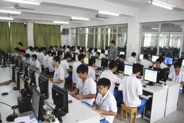 电子商务学生在上课