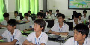 广州白云工商技师学院计算机系软件专业学生正在一体化教室认真上课