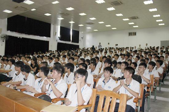 广州白云工商高级技工学校开学典礼学生整齐穿校服