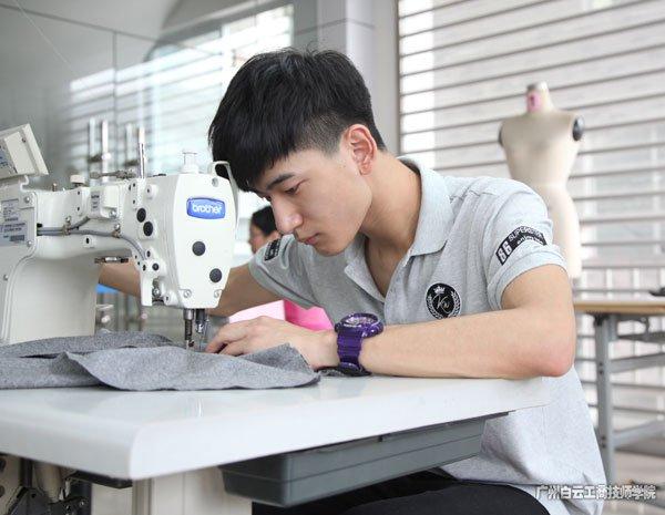 广州市白云工商技师学院服装系专注于比赛的李浩栋同学