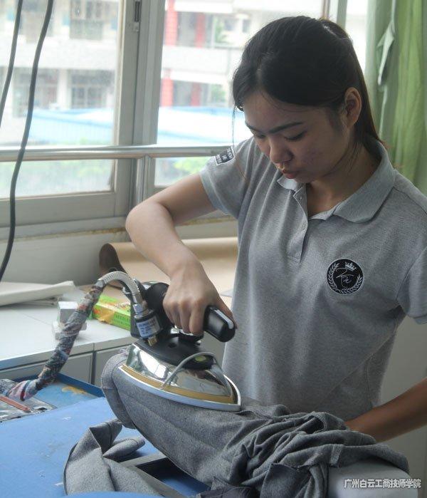 广州市白云工商技师学院服装系专注于比赛的何芸芸同学