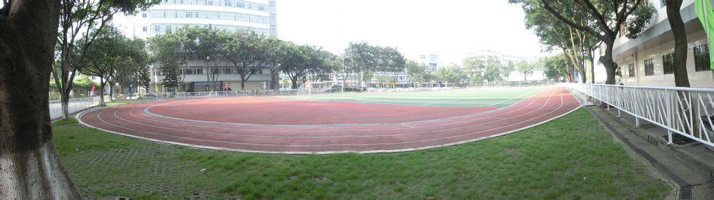 学校足球运动场,有点小