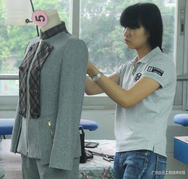广州市白云工商技师学院服装系5号选手骆春霞同学