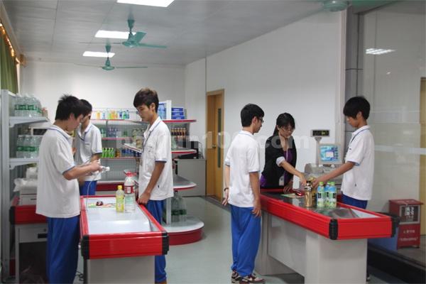 物流实训中心(学生正在进行物流实操3)