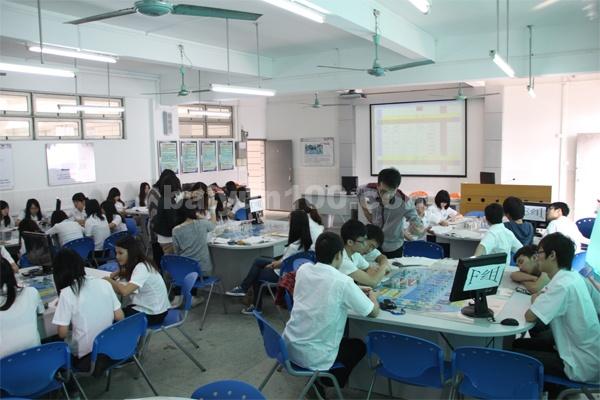 ERP沙盘实训室(学生在进行沙盘演练)