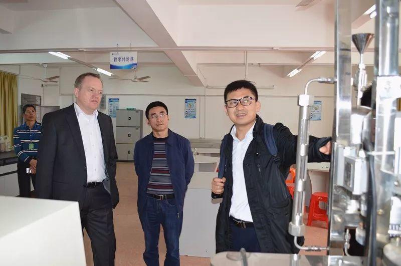 巴斯夫全球副总裁严培德莅临茂名技师学院洽谈校企合作